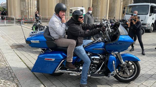 Bundesverkehrsminister rockt auf Harley